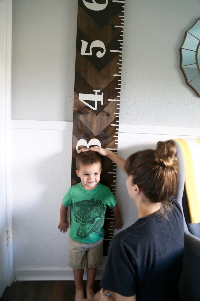 How to create your own growth chart to track your child's growth. It's a quick and simple project, but it's absolutely gorgeous!