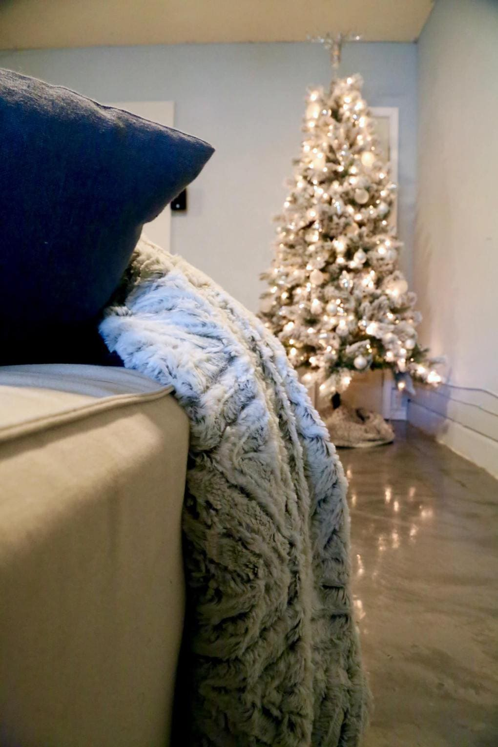 Great tips, tricks, and ideas for decorating for the Christmas season. This tree is so gorgeous and these tips are such a practical way to get your home looking great for Christmas without a ton of effort