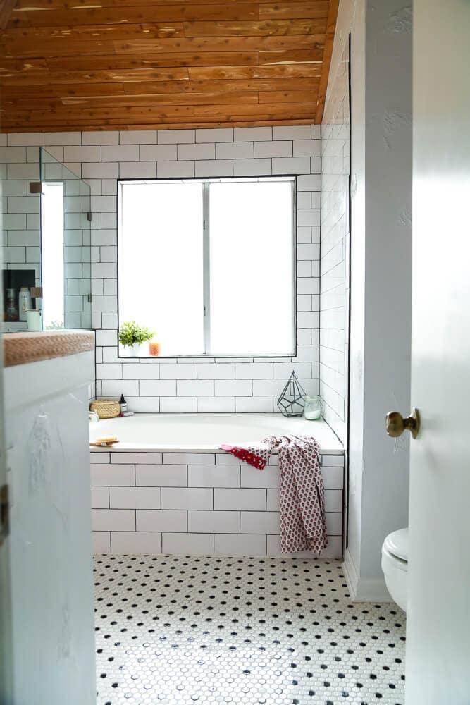Cette salle de bain principale est si sereine et relaxante! Il existe des tonnes de bonnes idées pour faire de votre salle de bain l'endroit le plus relaxant de votre maison.