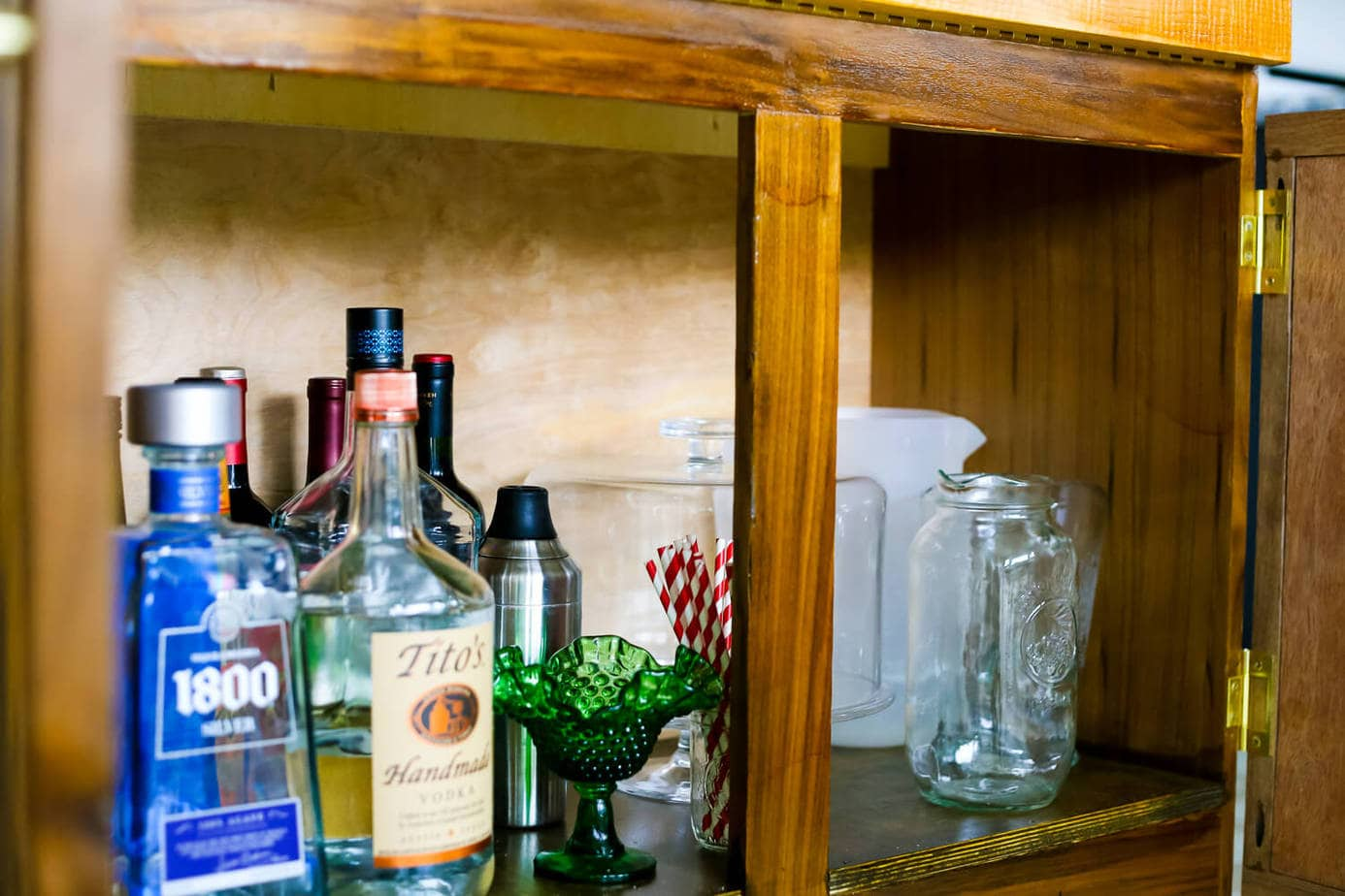 This DIY bar cart is gorgeous! How to use a paint sprayer to finish furniture, how to style a gorgeous bar cart. Great tips and ideas!