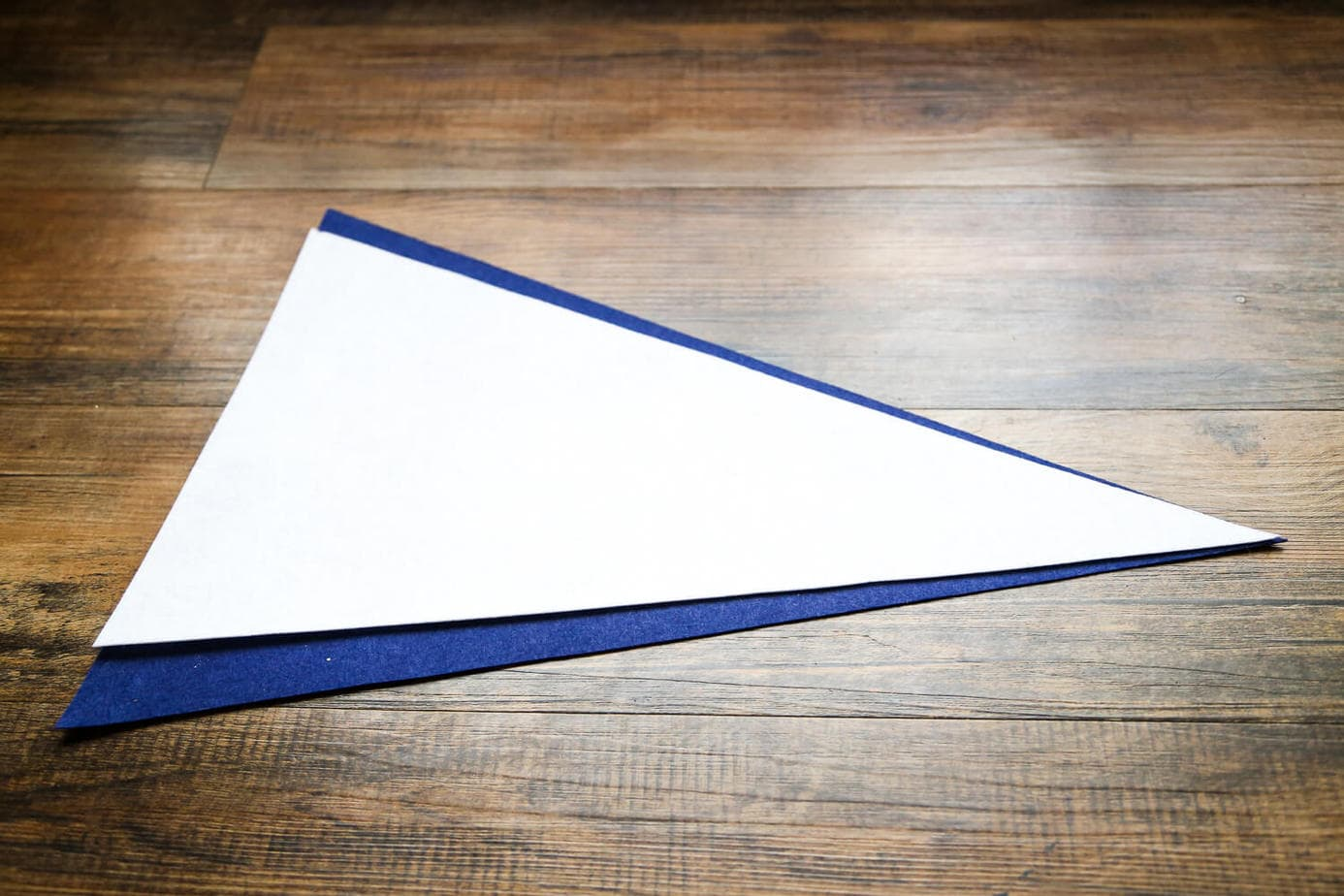 DIY No-sew felt pennant - so easy, and so adorable! You can make your kid's name or any other word. Easy, fast craft that will take less than an hour!