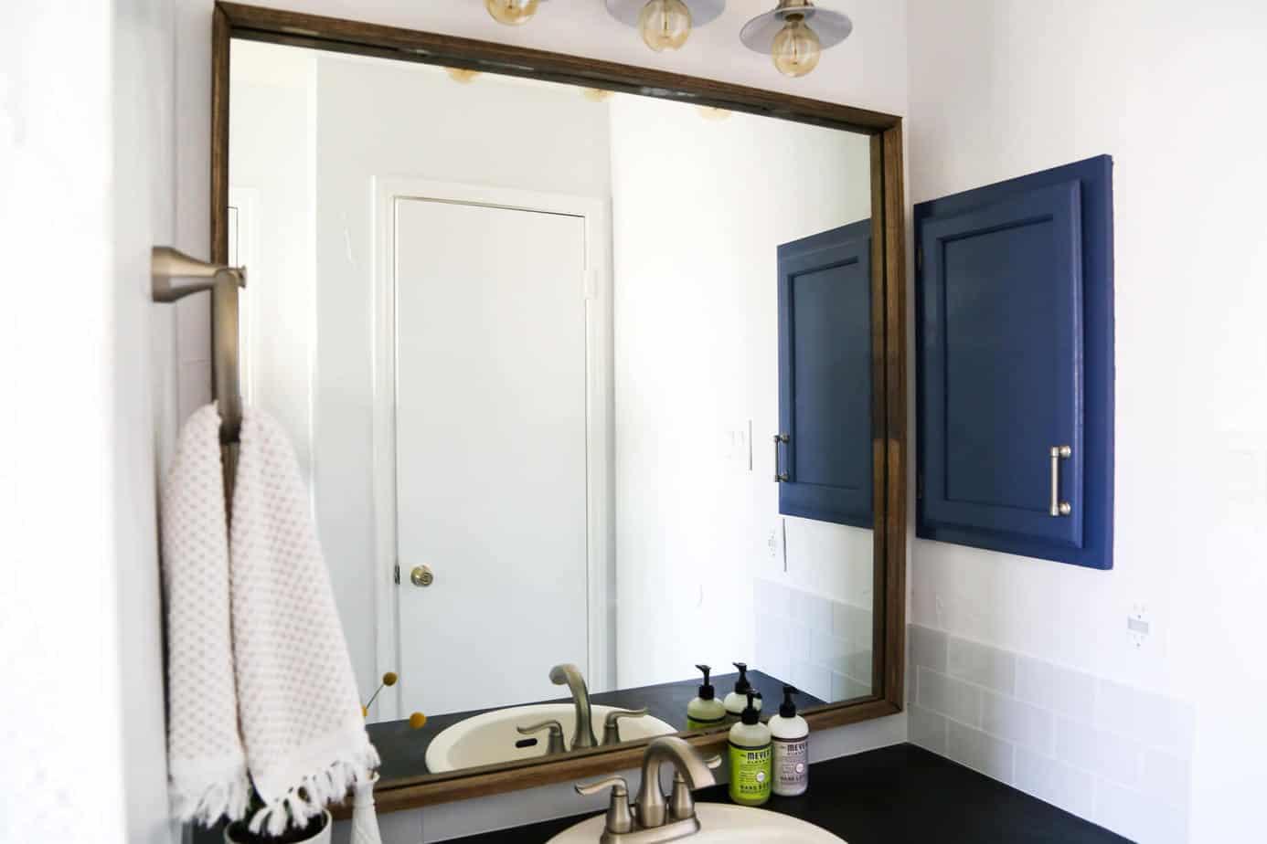 décoration d'intérieure Comment encadrer rapidement et facilement un miroir de salle de bain, pour que votre salle de bain passe du niveau constructeur à la personnalisation!
