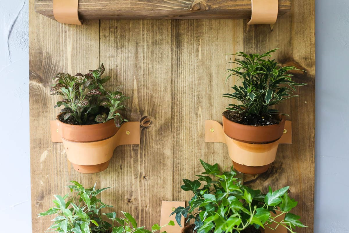 This DIY vertical wall planter is so gorgeous!