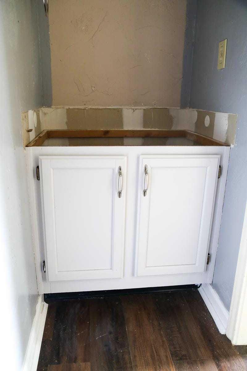 How to paint cabinets in your kitchen or bathroom