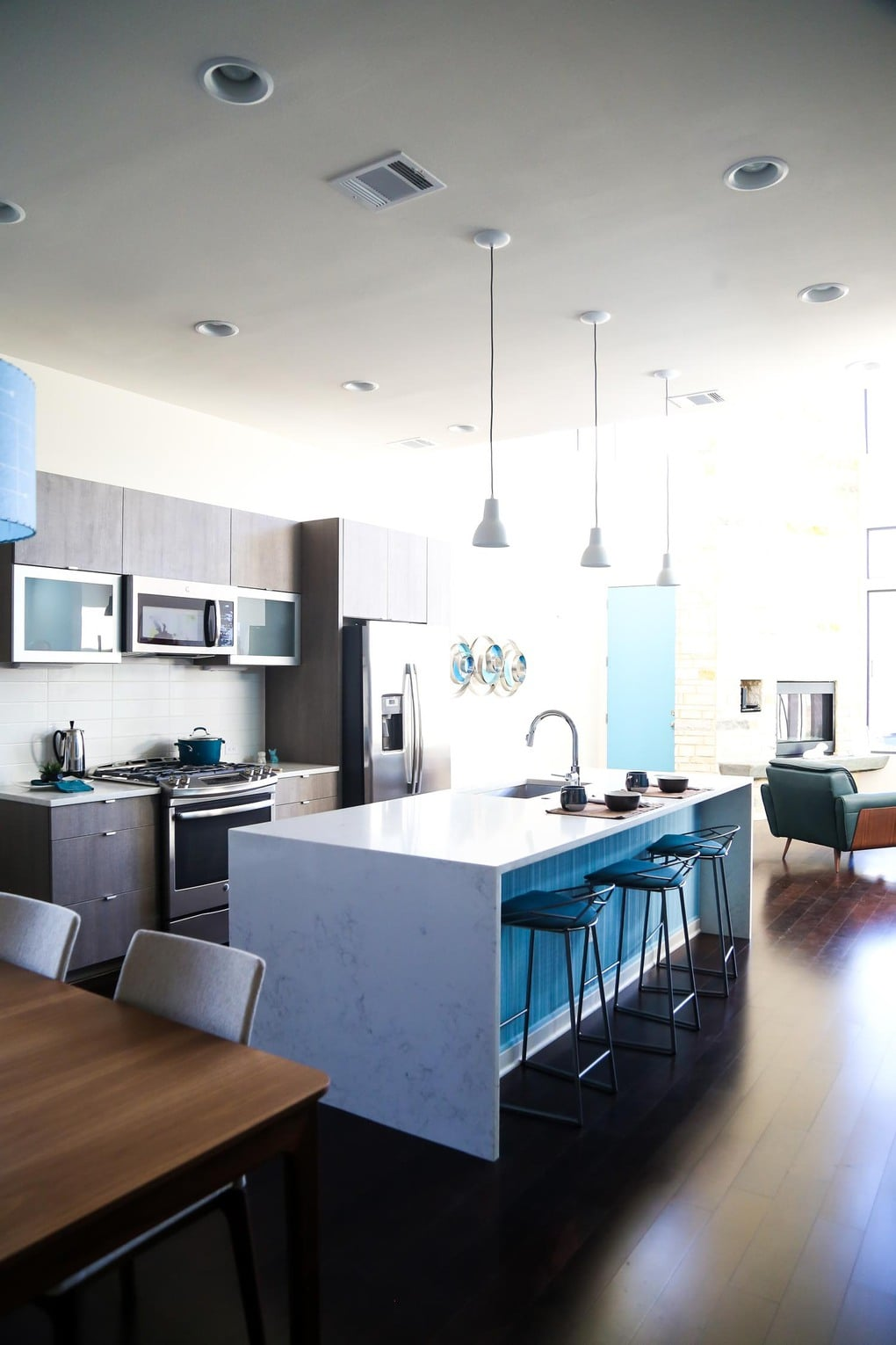 A midcentury modern kitchen with blue accents