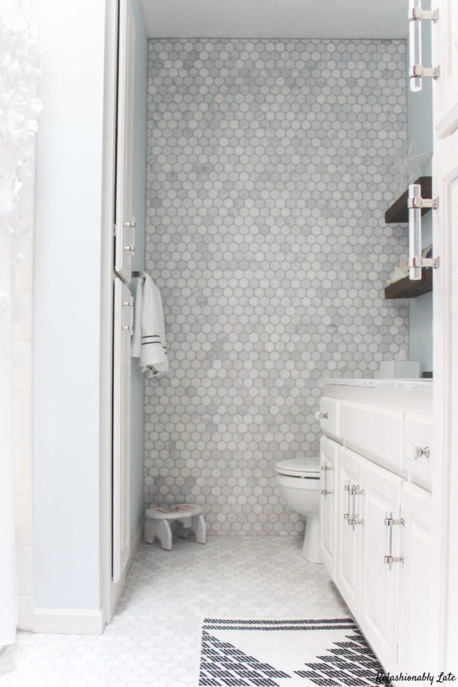 bathroom with a tiled wall
