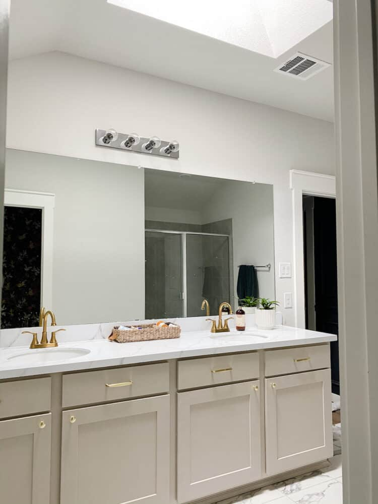 Bathroom with a skylight in the ceiling